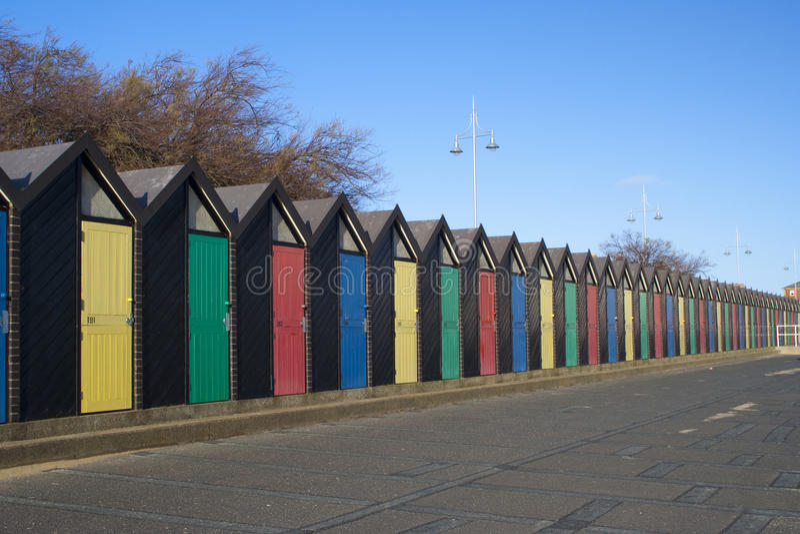Strandkojor, Lowestoft, Suffolk, England royaltyfri foto
