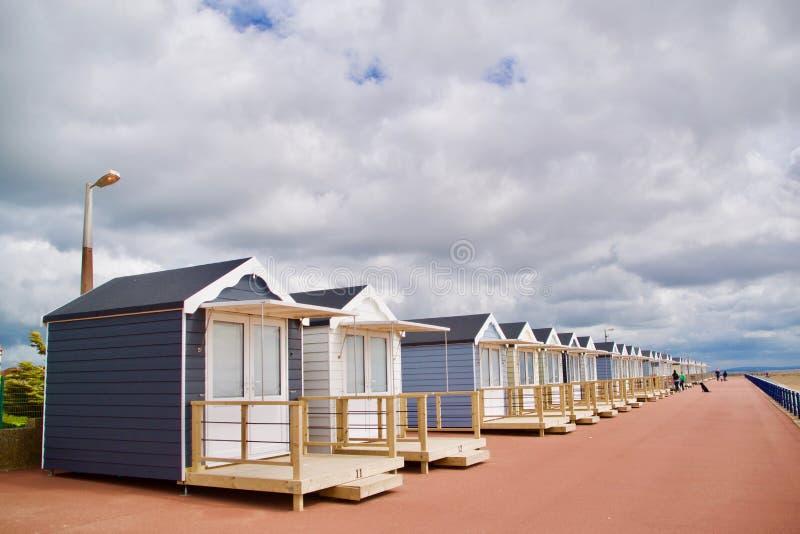 Strandkojor och promenaden royaltyfri fotografi