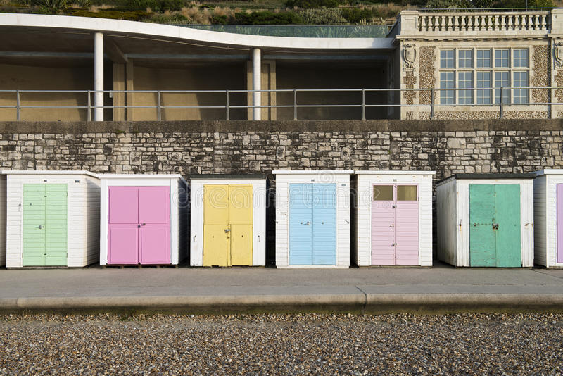 Strandkojor på Lyme Regis, Dorset, UK royaltyfria foton