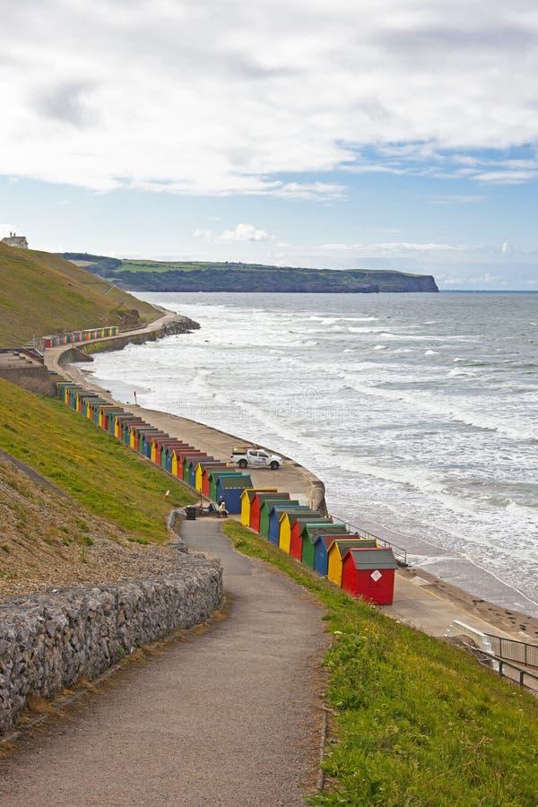 Strandkojor på Whitby, North Yorkshire royaltyfri foto