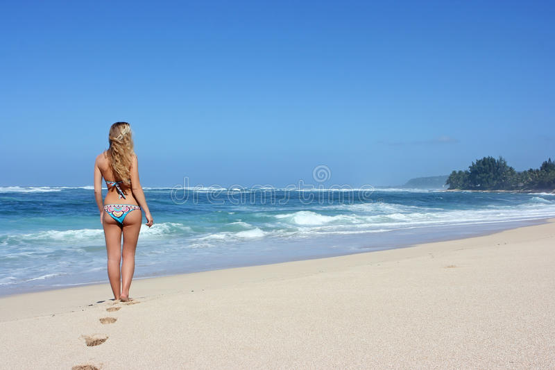 strandkvinnabarn royaltyfri bild