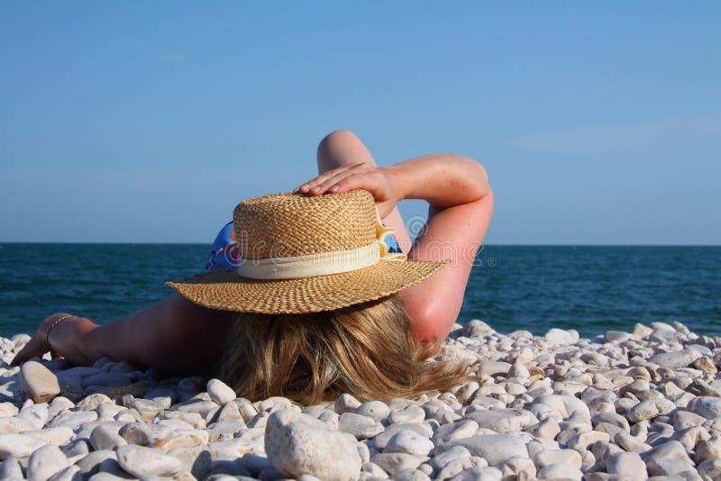 strandkvinnor royaltyfri fotografi