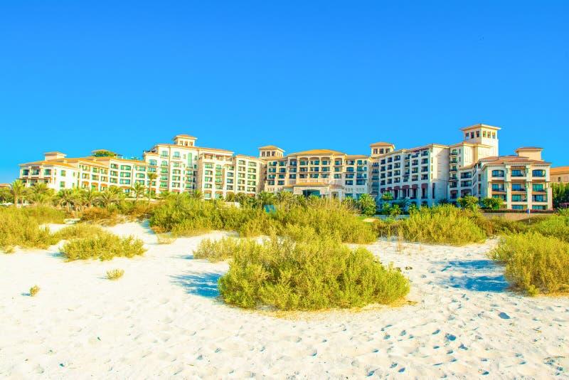 Strandlandschap met luxehotel, Saadiyat-eiland in Verenigde Aronskelken stock foto's