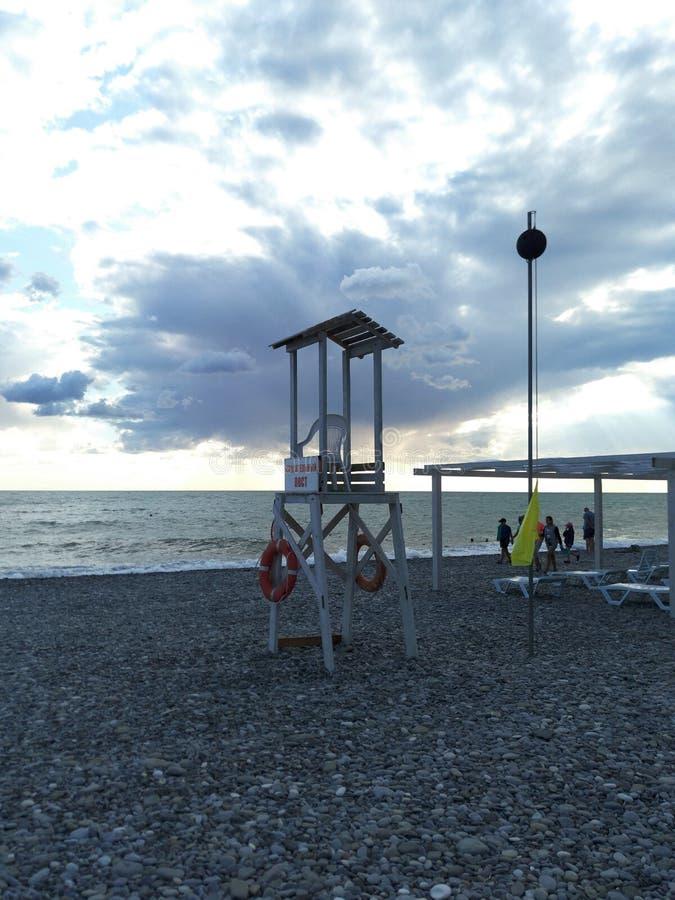 Strandlandskap med den observationstornet och räddningslina fotografering för bildbyråer