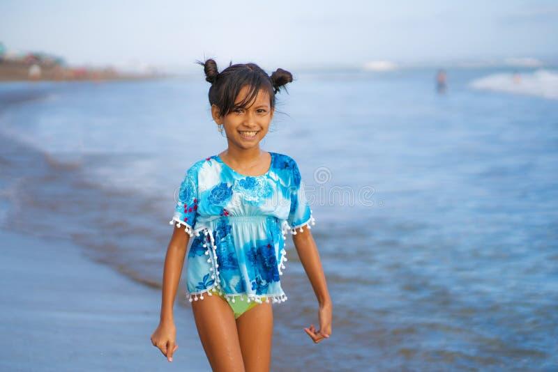 Strandlebensstilporträt des jungen schönen und glücklichen asiatischen Kindermädchens 8 oder 9 Jahre alt mit dem netten doppelten lizenzfreies stockbild