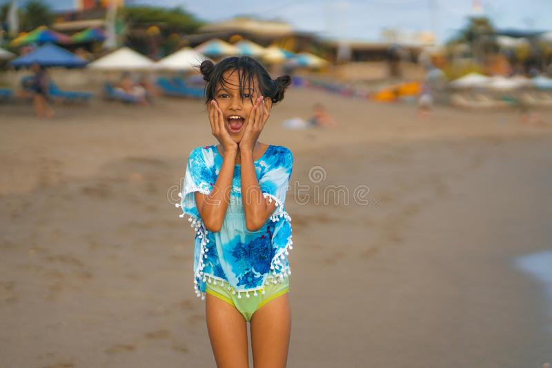Strandlivsstilstående av den unga härliga och lyckliga asiatiska barnflickan 8 eller 9 gamla år med gulligt dubbelt spela för bul arkivfoton