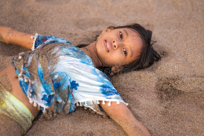 Strandlivsstilstående av unga härliga och lyckliga asiatiska amerikanska blandade för barnflicka 7 eller 8 för etnicitet gammalt  royaltyfria foton