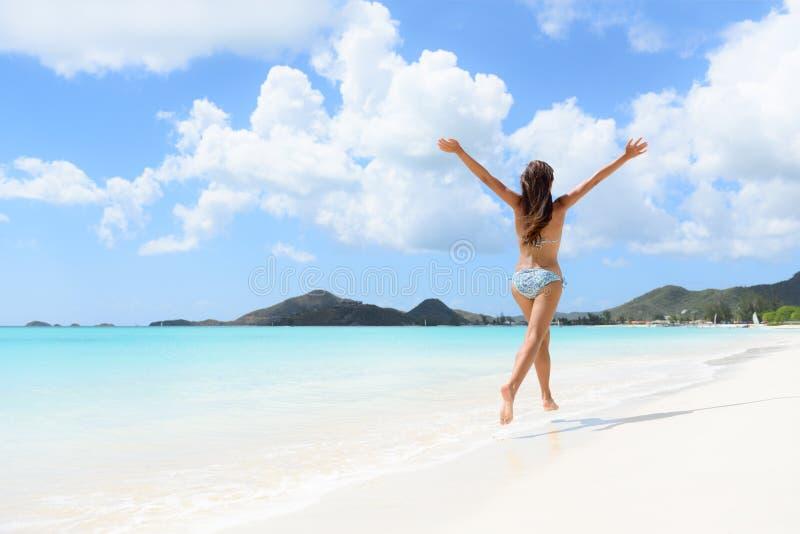 Strandloppsemestern semestrar den lyckliga bikiniflickan arkivfoton