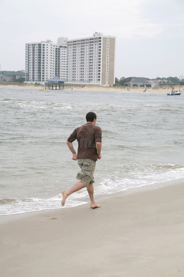 strandmanrunning royaltyfria bilder
