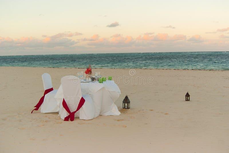 strandmatställeromantiker royaltyfri fotografi