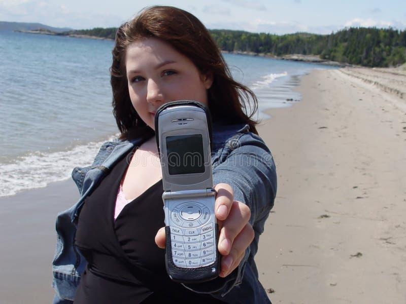 strandmobiltelefonkvinna royaltyfri foto