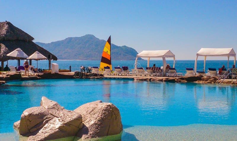 Strandnahes Pool, das Venados-Insel auf dem Pazifischen Ozean in Mazatlan, Sinaloa, Mexiko übersieht lizenzfreies stockbild