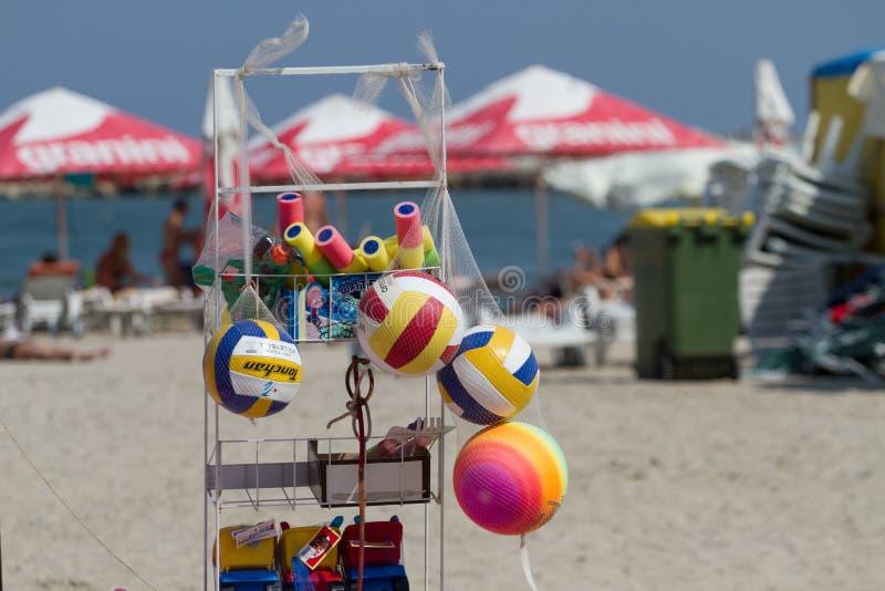 Strandoverzicht - plank met strandproducten stock afbeeldingen