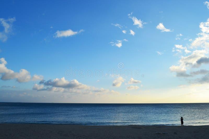 Strandozean-Wolkenhimmel lizenzfreie stockbilder