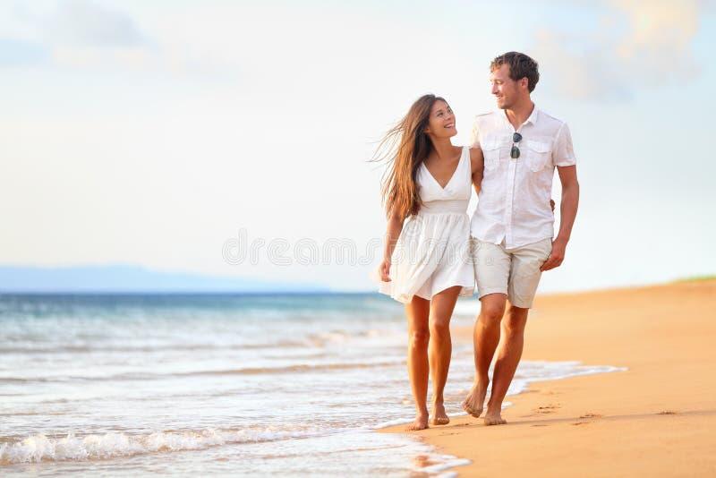 Strandpaar die op romantische reis lopen stock afbeelding