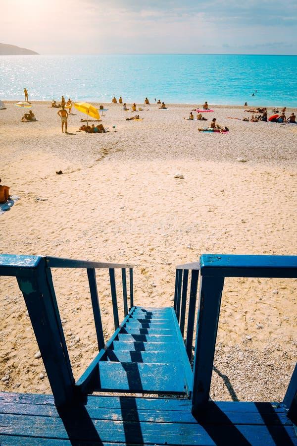Strandpanorama från livräddareräddningsaktiontornet Sommartidsommarferie på det mediterrean havet royaltyfria bilder