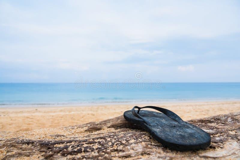 Strandpantoffel auf einem sandigen Strand in Phuket, Thailand lizenzfreies stockbild