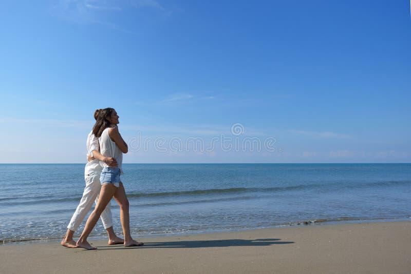 Strandpar som går på romantiska ferier för sommar för loppbröllopsresasemester, fabulerar arkivfoto