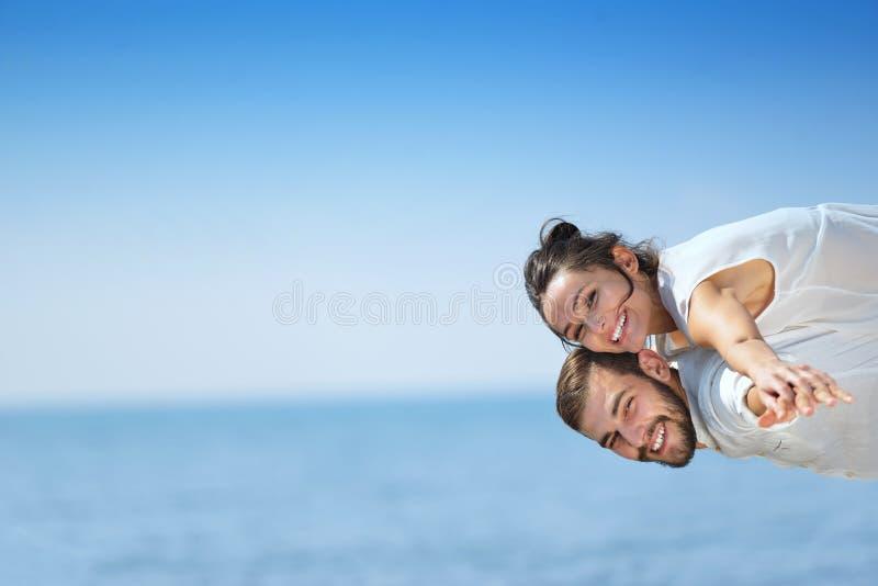Strandpar som skrattar förälskad romans på loppbröllopsresasemester royaltyfri foto
