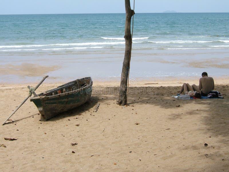 Download Strandpar som tycker om arkivfoto. Bild av avkopplat, roddbåt - 229038