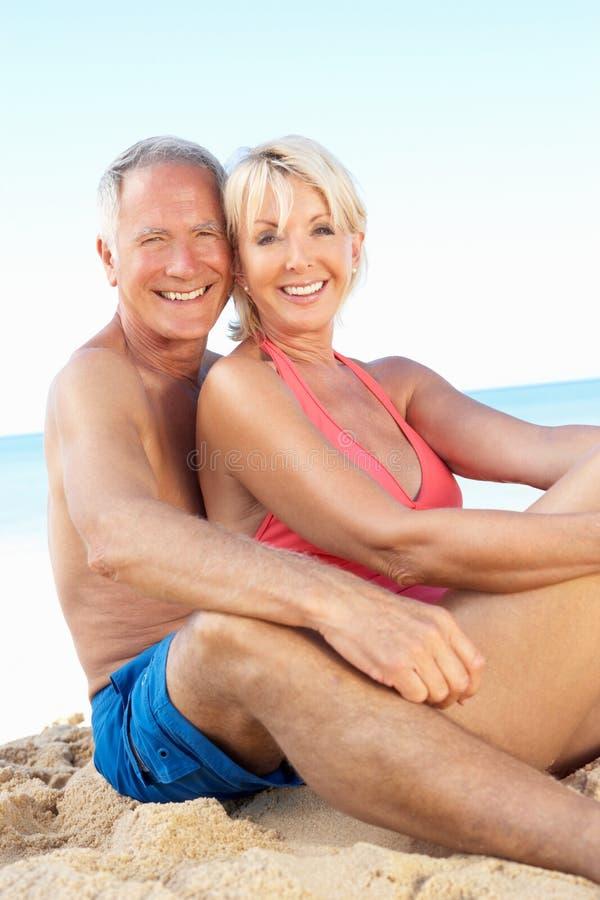 strandpar som tycker om feriepensionären royaltyfri foto