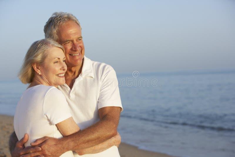 strandpar som tycker om feriepensionären arkivbild