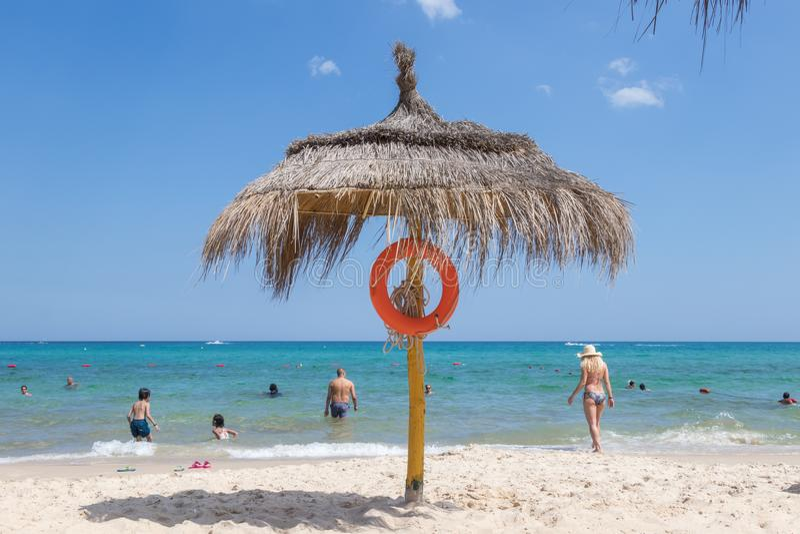 Strandparaplu met reddingsmateriaal en de Middellandse Zee in Tunesië stock fotografie