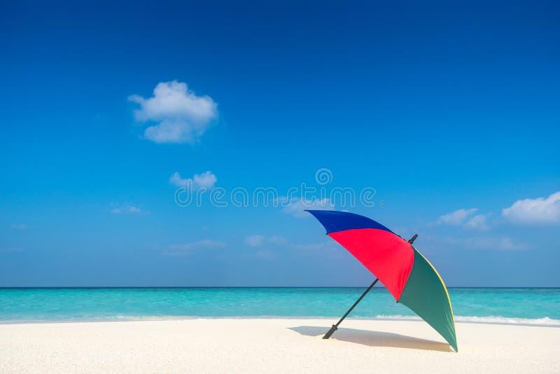 Strandparaplu op een zonnige dag, overzees op achtergrond stock fotografie
