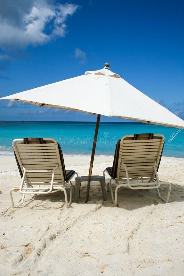 Strandparaplu op Tropische Anguilla Strandwateren royalty-vrije stock fotografie