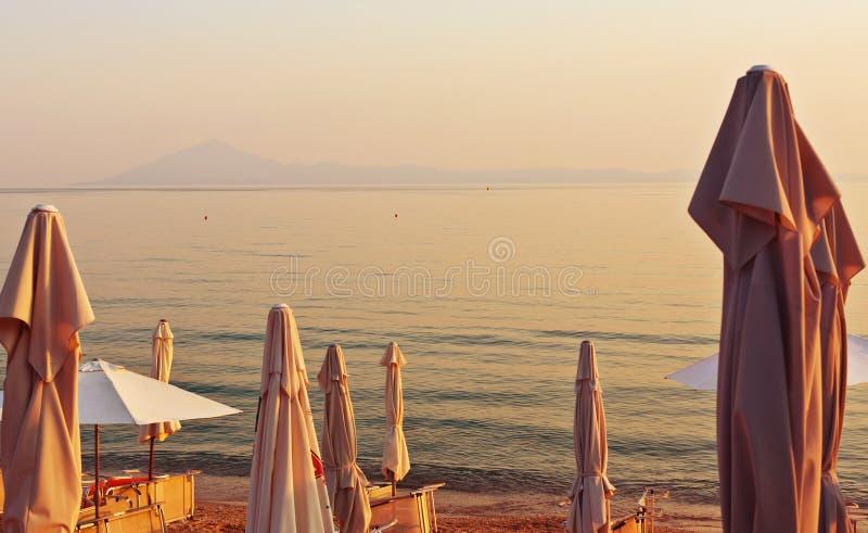 Download Strandparaplu's stock foto. Afbeelding bestaande uit zonsondergang - 39112826