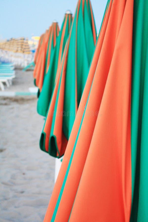 Strandparaplu's in de avond Italië in zonnige dag stock foto