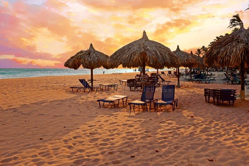 Strandparaplu ` s op Druif-strand bij het eiland van Aruba in de Caraïben royalty-vrije stock fotografie