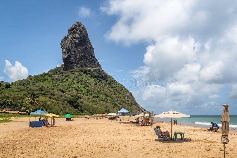 Strandparaplu's in Praia DA Conceicao Beach en Morro do Pico - Fernando de Noronha, Pernambuco, Brazilië stock fotografie