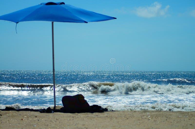 Strandparaply i sanden i de yttre bankerna arkivfoto