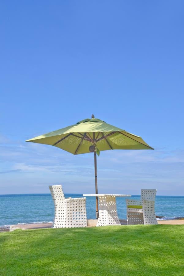 Strandparaply och Sunbath platser royaltyfria foton