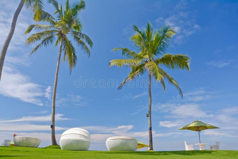 Strandparaply och Sunbath platser arkivbild