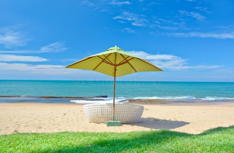 Strandparaply och Sunbath platser royaltyfri bild