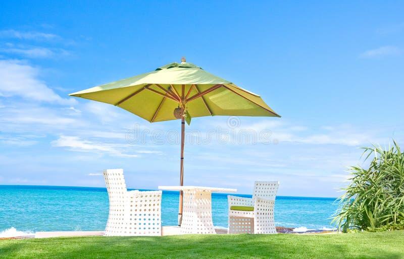 Strandparaply och Sunbath platser i ett tropiskt hotell som lokaliserade i Costal område Negambo, Sri Lanka royaltyfri fotografi