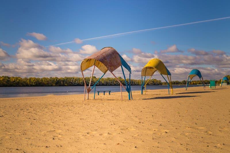 Strandparaplyer och deserterad sandig strand i ottan arkivfoto