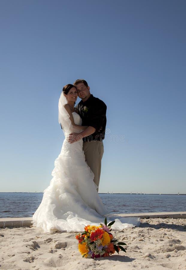 strandparbröllop royaltyfria bilder