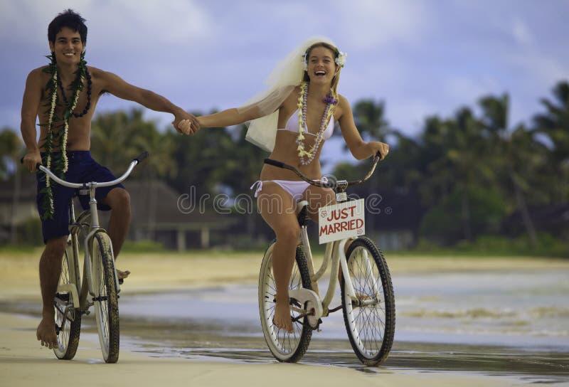 strandparnygift person royaltyfri fotografi