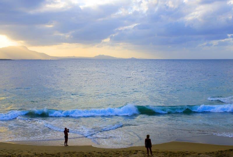 strandparsilhouette royaltyfri fotografi