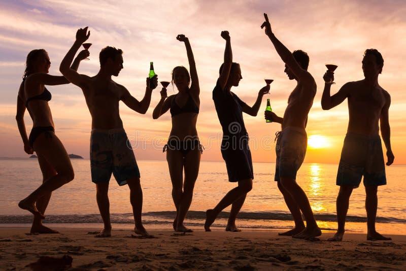 Strandpartij, groep jongeren die, vrienden dansen royalty-vrije stock foto's