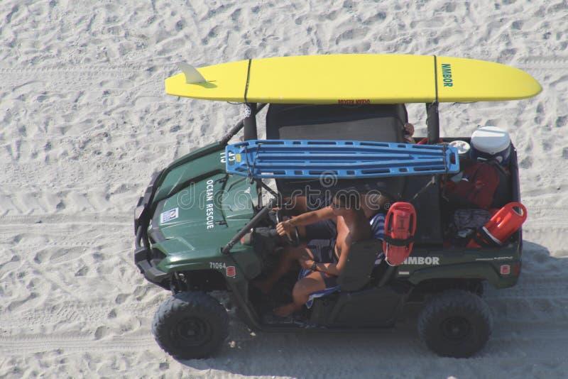 Strandpatrouille die iedereen houden veilige badmeesters royalty-vrije stock foto's