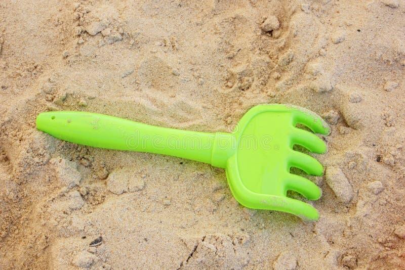 Strandplastikgabelspielzeug im Sand stockfoto