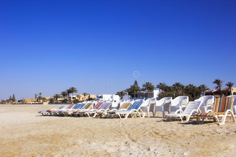 Strandplastikstühle stockbild