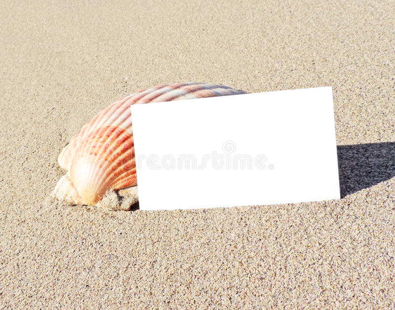 Strandplats med hälsningkortet arkivfoton