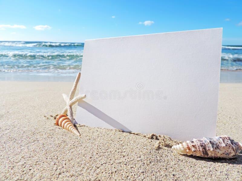 Strandplats med hälsningkortet arkivfoto