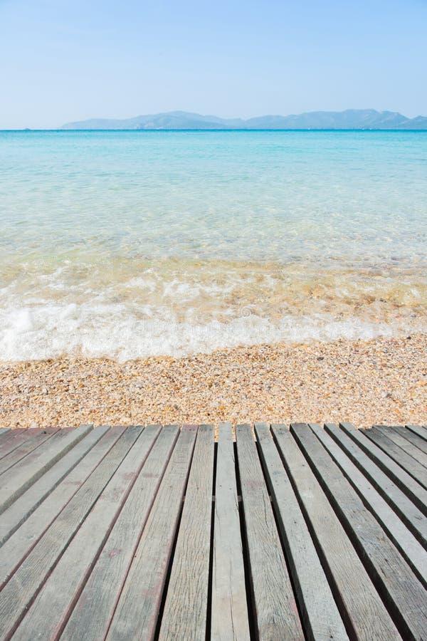 Strandplats med trägolvet arkivbilder