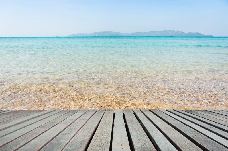 Strandplats med trägolvet arkivfoto